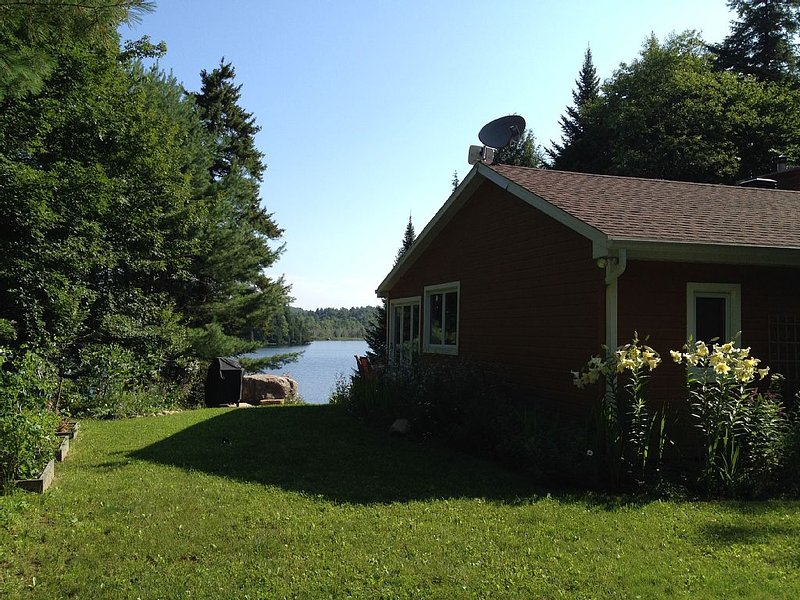 Beautiful lakefront cottage, 1 hour north of Montreal, aluguéis de temporada em Grenville-sur-la-Rouge