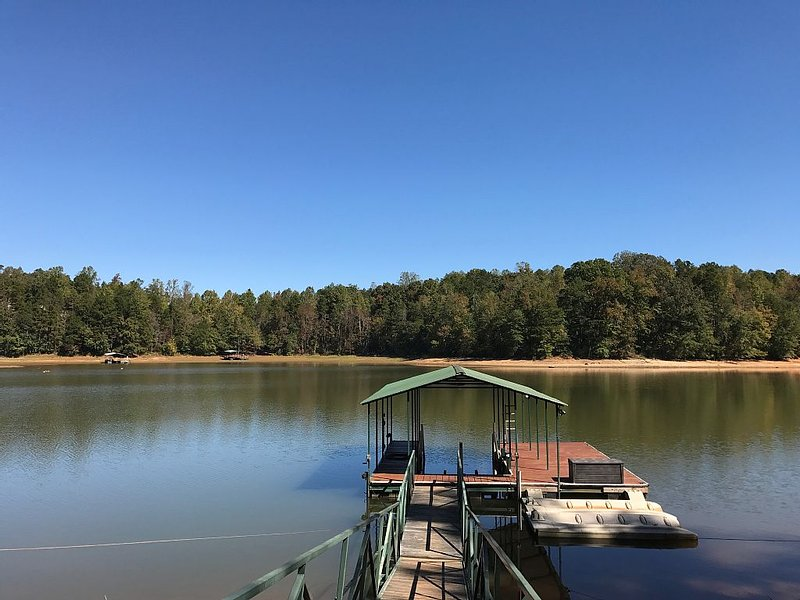 'Moonlight Mist' is a chic, charming, secluded lake front home on Lake Hartwell, location de vacances à Franklin Springs