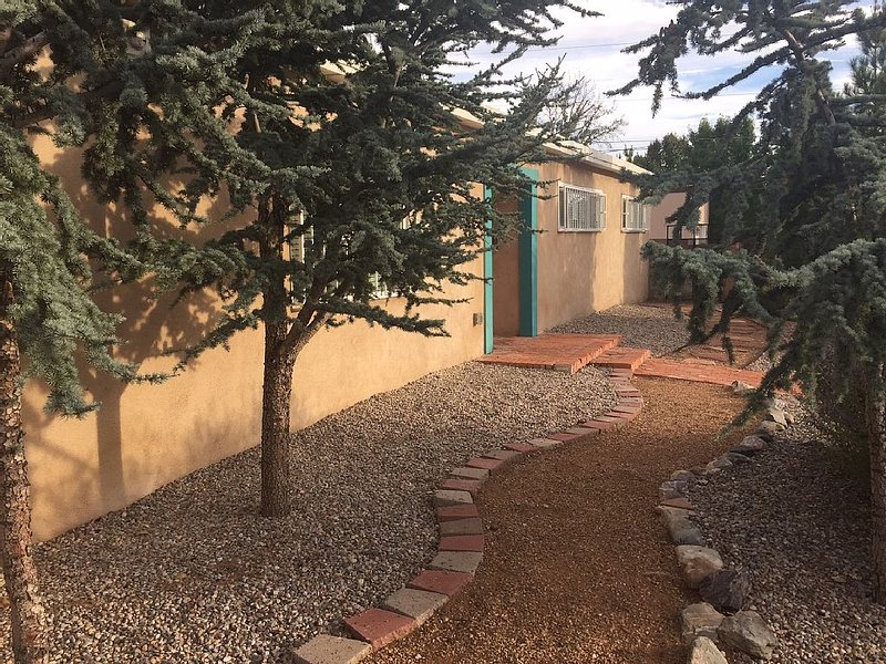 Charming Tranquil ABQ Home -- Nob Hill, UNM, holiday rental in Albuquerque