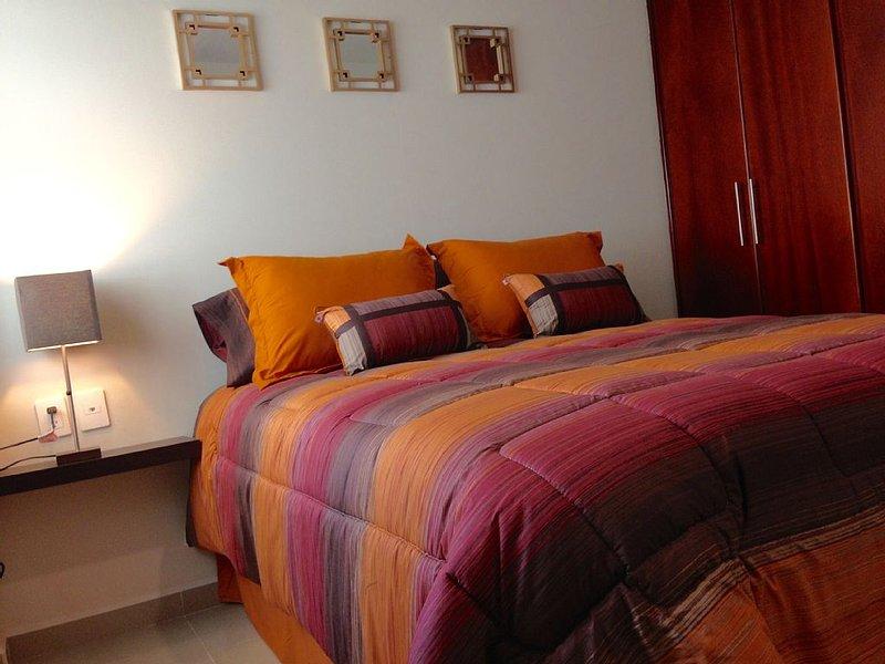 Ground floor NEW Condo..2 small block to the beach 1 block to Golden Zone in MZT, alquiler de vacaciones en Mazatlán