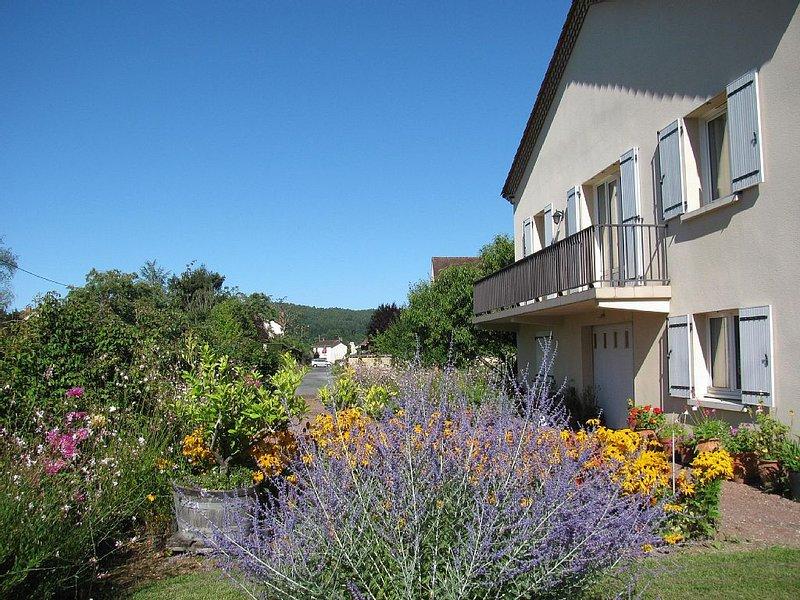 EN PERIGORD NOIR LE BUGUE Villa ' classée 3 ***' dans jardin arboré et fleurie., casa vacanza a Audrix