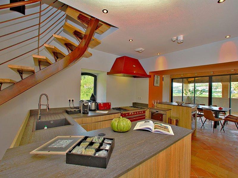 Grande bâtisse de charme en vallée de la Dordogne de 4 à 12 personnes, holiday rental in Reilhaguet