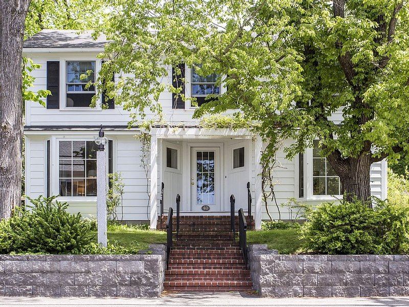 Beautiful 4 BR House & 2 BR Cottage on Ocean Avenue near Dock Square, vacation rental in Kennebunkport