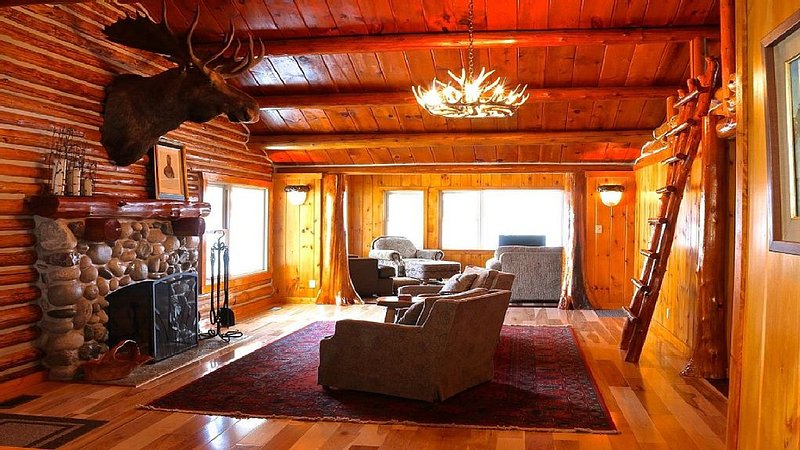 Completely Renovated Log Cabin on Lake Charlevoix!, alquiler de vacaciones en East Jordan