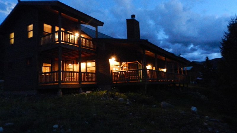 5 Star Luxury on the River! Rocky Mountain Family Friendly w/ Fiberoptic, holiday rental in Red River