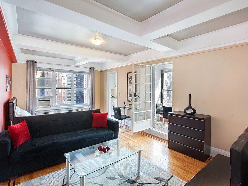 Beuatiful Studio in the heart of Midtown NYC.  24 Hr doorman, elevator, vacation rental in Queens