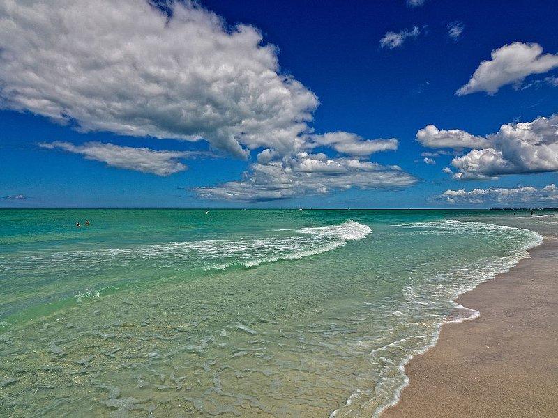 Pet Friendly Longboat Key Condo - Steps from Beach !!, vacation rental in Longboat Key