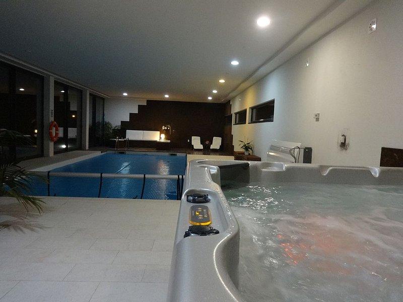 VILLA COM 2 PISCINAS, INTERIOR AQUECIDA E EXTERIOR, WIFI, alquiler de vacaciones en Vila Nova de Famalicao