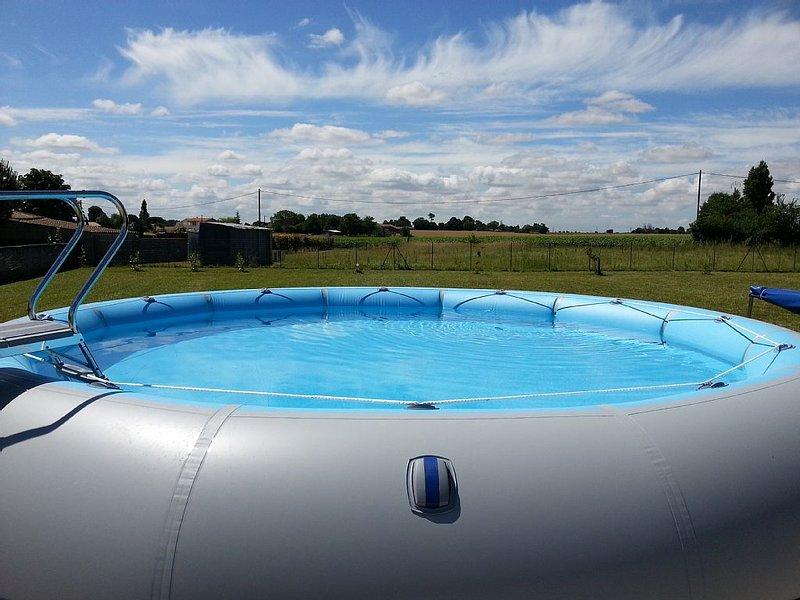 Maison spacieuse avec piscine, environnement calme idéal pour se ressourcer, alquiler vacacional en La Gripperie-Saint-Symphorien