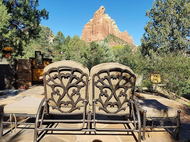 BREATHTAKING VIEWS: Tranquil, Well-Appointed Cottage Retreat with Hot Tub, vacation rental in Sedona