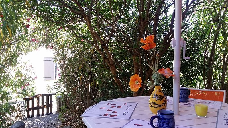 Superbe villa en bordure de pinède et garrigue avec vue azur., holiday rental in Gruissan