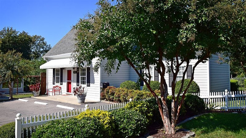 The Cary Cottage 1 BR 1 BA Private Sleeps 4 - Downtown Cary, Eat Drink Play Shop, holiday rental in Apex