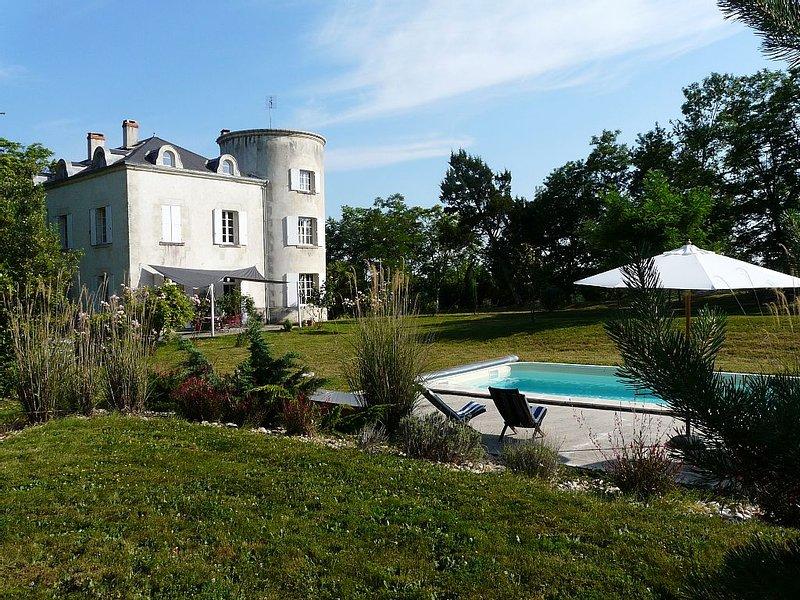 Petit château avec piscine chauffée, 80 km de Bordeaux BBQ Ping Pong, holiday rental in Coutures
