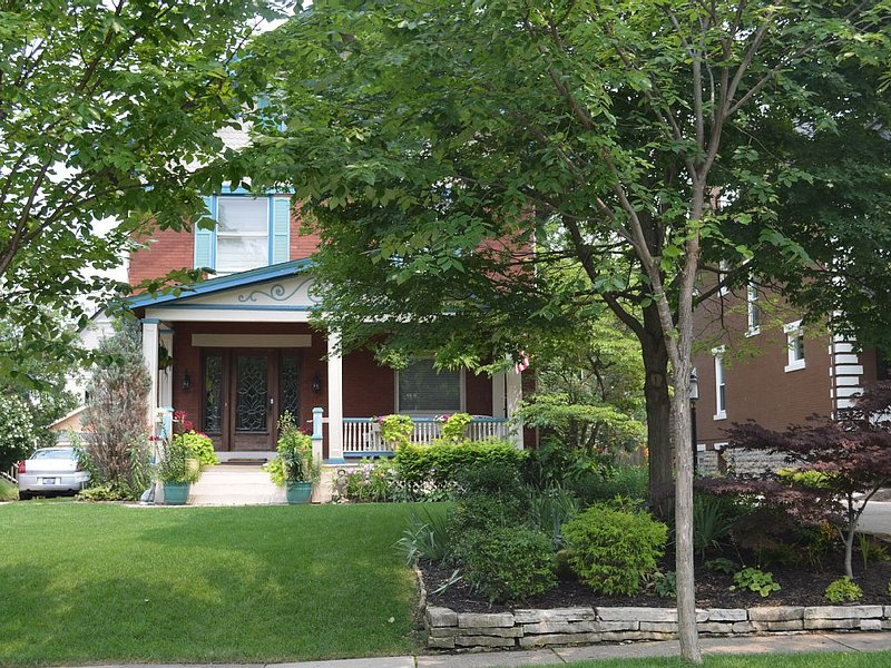 Classic Victorian Home in Hyde Park!, alquiler de vacaciones en Loveland