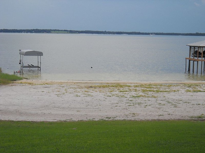 Lake front on North shore of Lake Weir, Florida (it is NOT a duplex / 2 entries), casa vacanza a Belleview