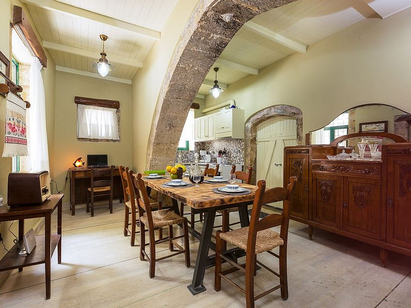 Historical Stone Made House in a Quiet Peaceful Village with Lovely Garden, vakantiewoning in Roustika