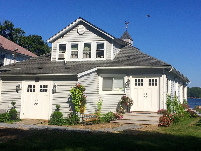 GORGEOUS 6-BR LAKEFRONT, holiday rental in Clarks Mills