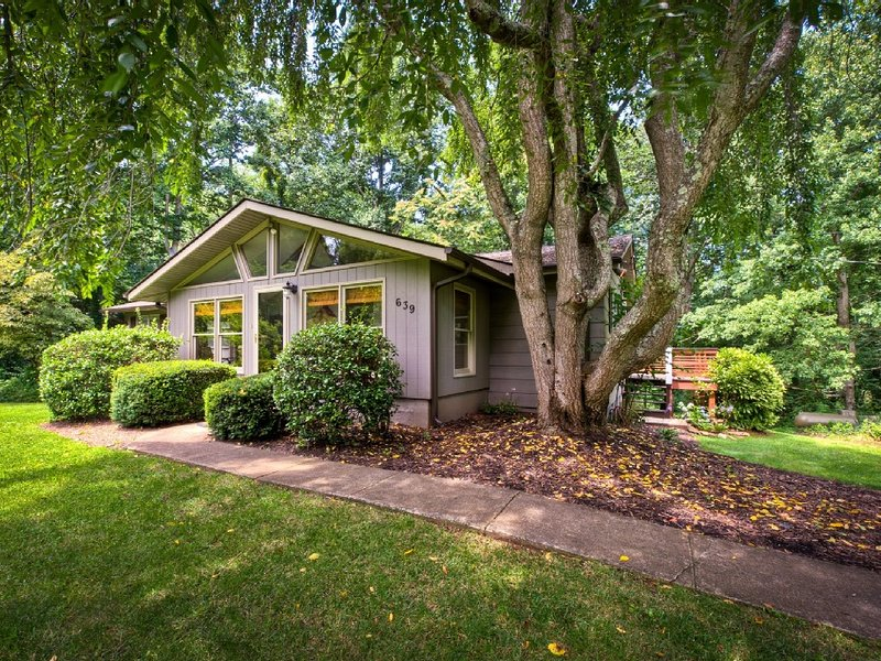 West Asheville/private but close to all *HOT TUB** Peaceful Penley Cottage, holiday rental in Asheville