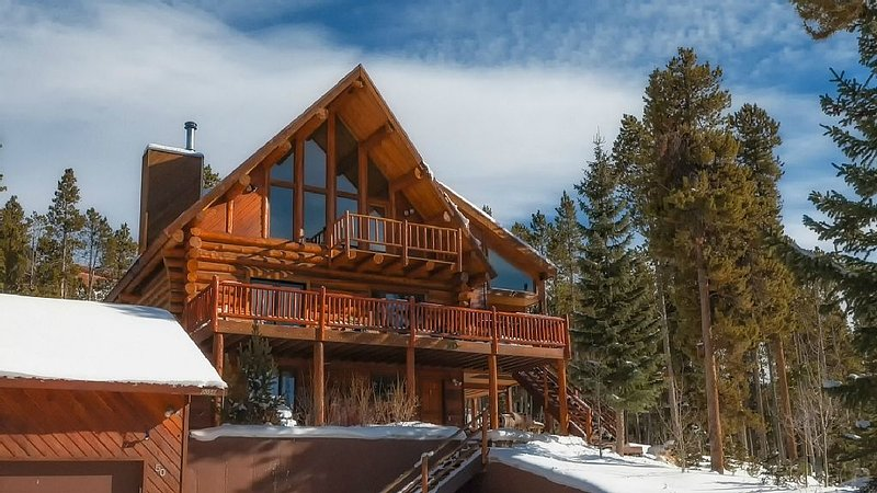 A True Mountain Log Home. Huge Views.  Free Shuttle to Slopes & Town.  Perfect!, vacation rental in Breckenridge