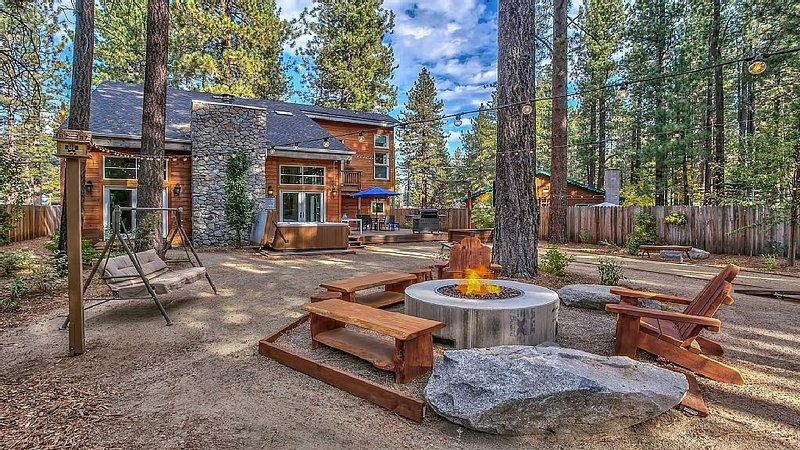 Stunning luxury getaway w/ hot tub, fire pit, huge backyard & walk to food/bars, location de vacances à South Lake Tahoe