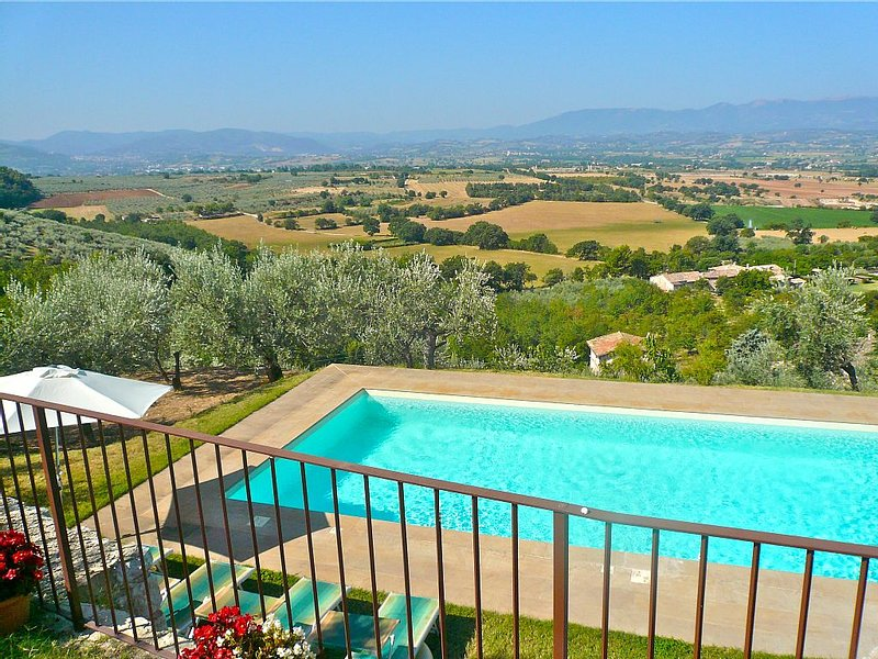 Beautiful Panoramic Views From This 17th Century House With Large Sole Use Pool, holiday rental in Spoleto