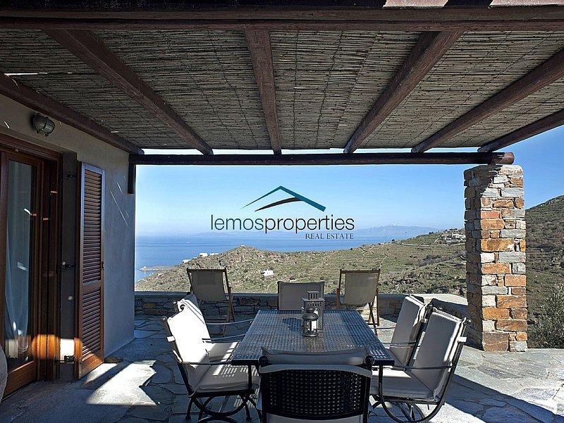 Stone built villa with a fantastic sea and sunset view., alquiler vacacional en Melissaki