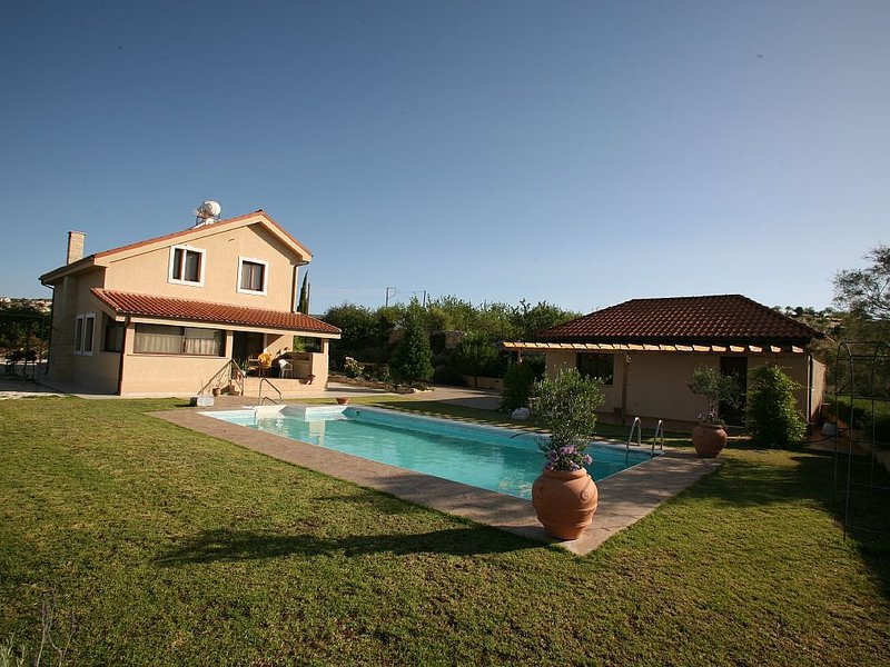 VILLA VASA WITH SWIMMING POOL, location de vacances à Koilani