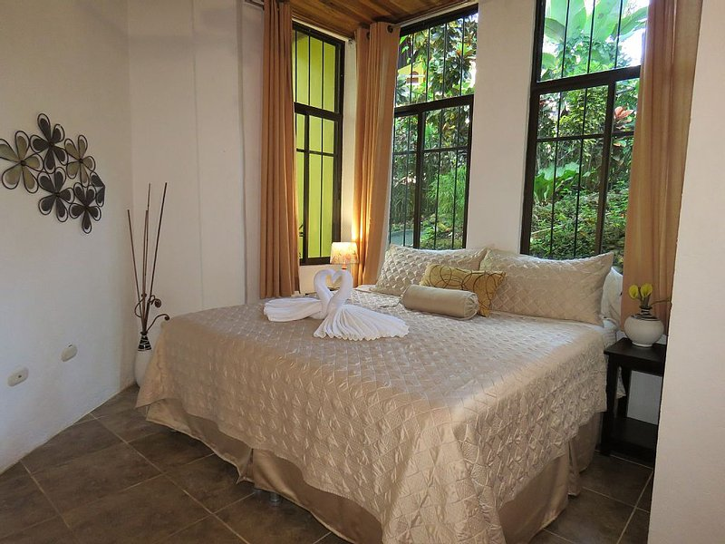 Home Away Fom Home, 1200Sq/Ft,King bed,Full Kitchen,A/C,WiFi,Pool,Gated, vacation rental in Quepos