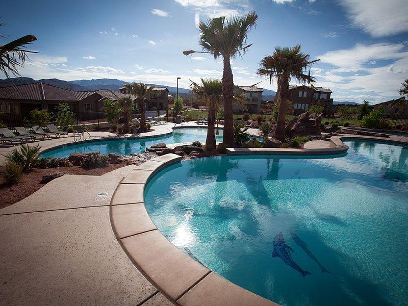 Large 4 Bedroom Home, 2 Pools & Hot Tub in Backyard- 2 Master Suites, casa vacanza a Santa Clara