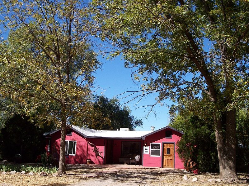 SPACIOUS PET FRIENDLY PATAGONIA HOUSE - WALK THE TOWN AND COUNTRYSIDE, vacation rental in Nogales
