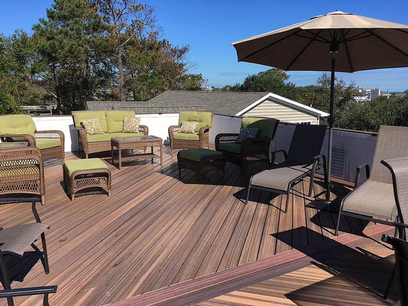 Walk to beach! Rooftop deck for entertaining, elevator, completely remodeled!!, alquiler de vacaciones en Virginia Beach