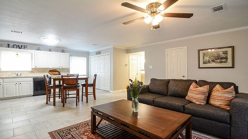 Downtown Charmer W/WiFi, Close to Colleges, Restaurants & Hospital, alquiler vacacional en Morrilton