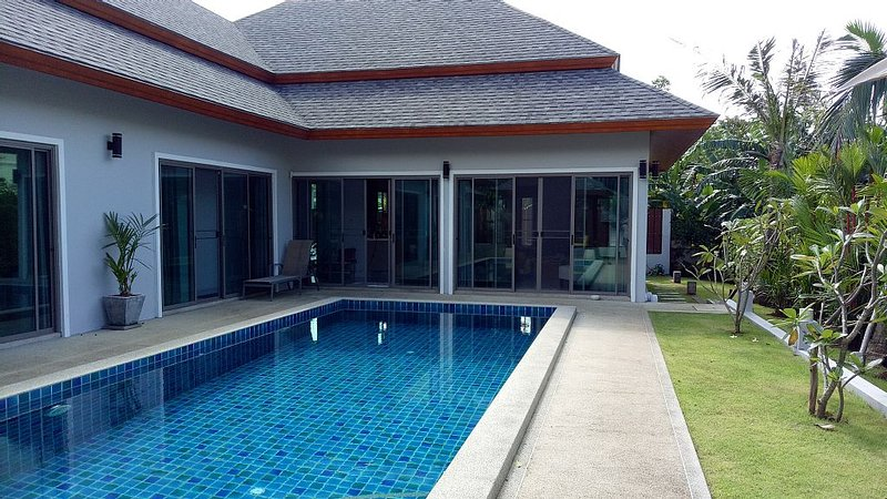 Lovely New Pool Villa Phuket & Bungalow : 4 bedrooms - 4 baths, alquiler vacacional en Chalong