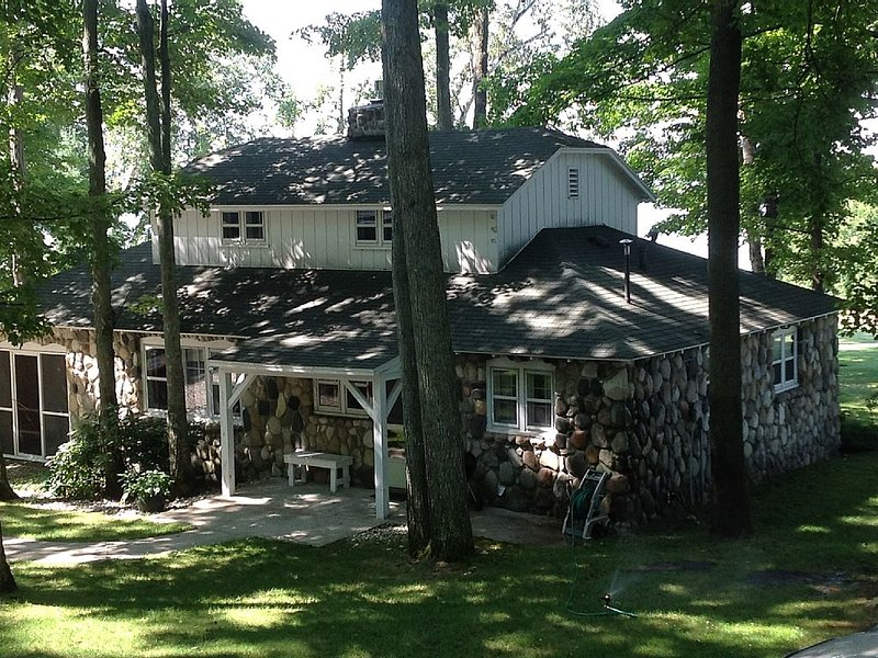 'Up North' fieldstone cottage boasting panoramic sunset views of Torch Lake, alquiler de vacaciones en Bellaire