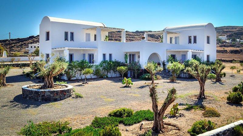 Sun Anemos Resort, ''Gaia'' a cozy maisonette in front of the beach of Oia, alquiler vacacional en Koloumpos