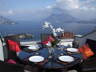 Large House with Rooftop Sun Terrace and Lake View, alquiler de vacaciones en Stresa