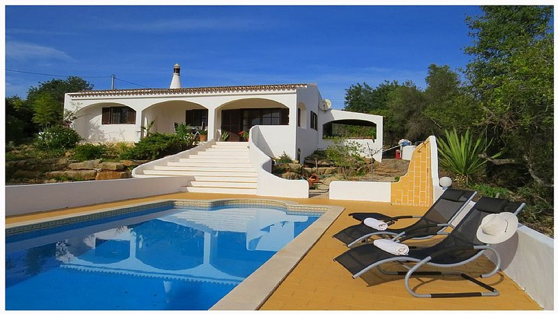 Luxus private Villa mit Pool und einen Ausblick über Faro und das Meer., holiday rental in Pechao