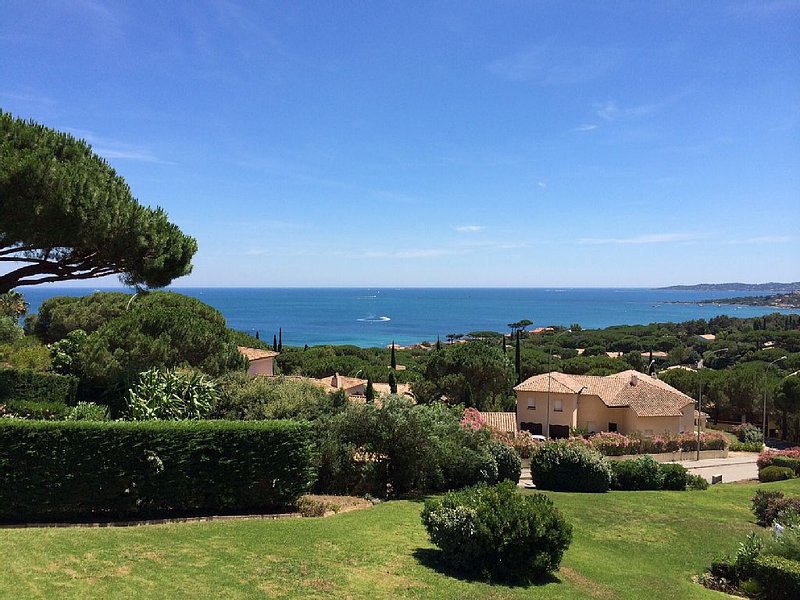 Appartement T2 Dans Residence à 300m de la plage jolie vue mer, holiday rental in Sainte-Maxime