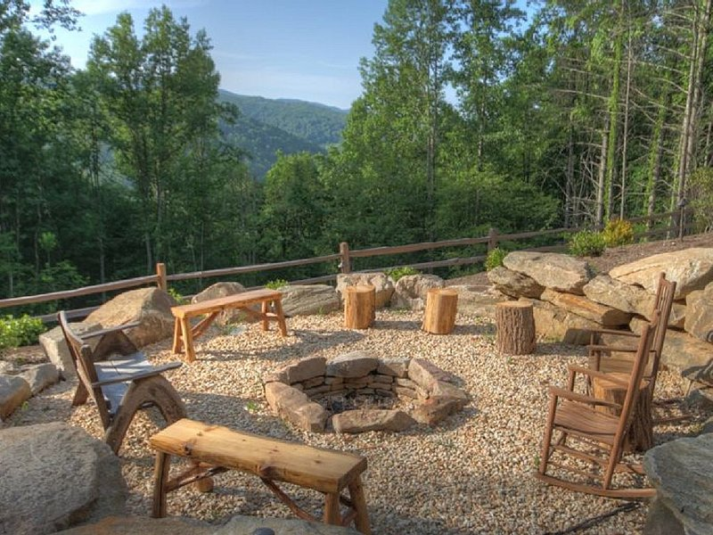 Totally Renovated Classic Log Cabin in Beautiful Secluded Setting, location de vacances à Sugar Grove