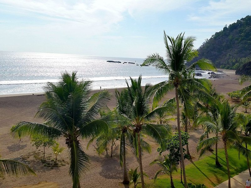 Gorgeous Oceanfront Condo with Amazing Views, aluguéis de temporada em Jaco