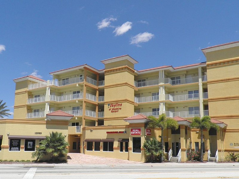 3 Br Penthouse Condo Located On Boca Ciega Bay Overlooking The Gulf Of Mexico, vacation rental in Madeira Beach