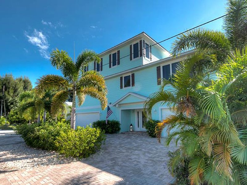 Come relax at the amazing and beautiful Cast Away Cove - 2min walk from beach, holiday rental in Anna Maria