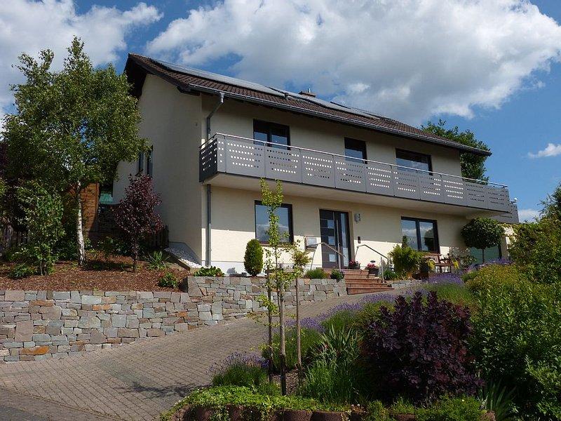 Ruhige Ferienwohnung vor den Toren der Römerstadt Trier mit Ruwertalblick, holiday rental in Newel