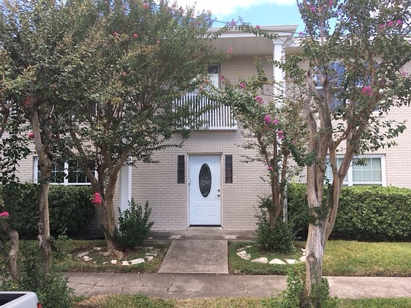 Welcoming 2 BRs apartment in Montrose Historical District, vacation rental in Houston
