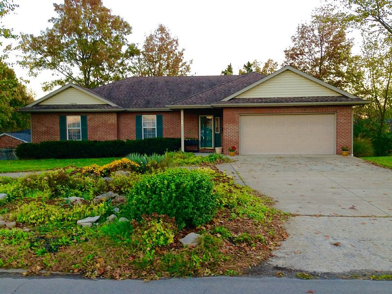 Modern, Spacious, Centrally Located Home In Columbia, Missouri, holiday rental in Columbia
