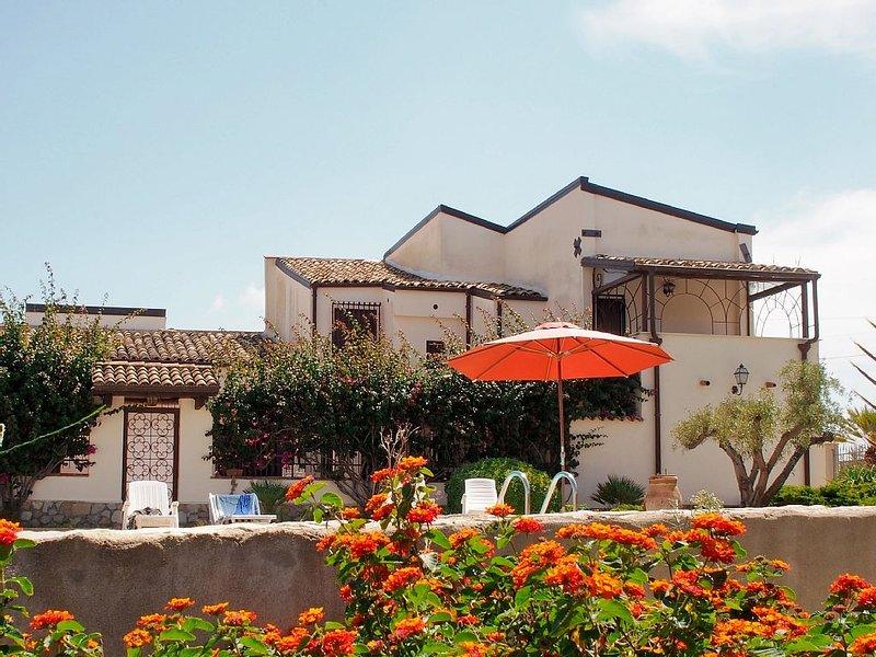 VILLA CON PISCINA E GIARDINO, nella Città della Valle dei Templi., vacation rental in Raffadali