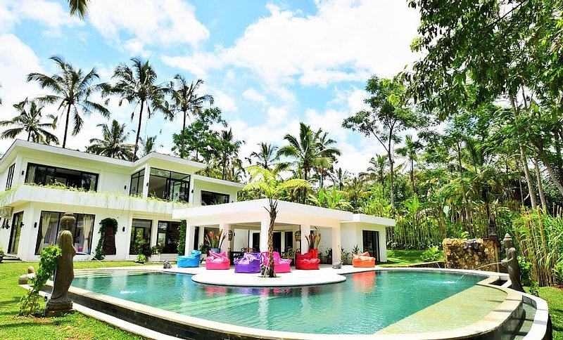 Superbe villa de luxe située dans un havre de paix de verdure, casa vacanza a Gianyar