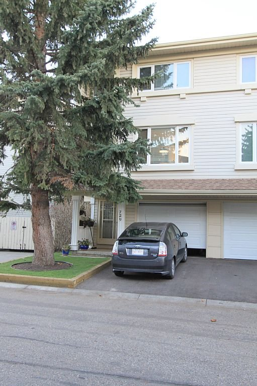 Parking avant. Garage disponible pour voiture de taille moyenne.