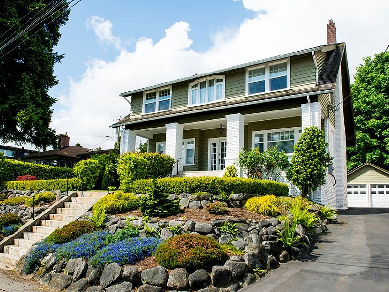 Beautiful luxurious period ( 1926) house with ocean, marina and islands view, location de vacances à Nanaimo