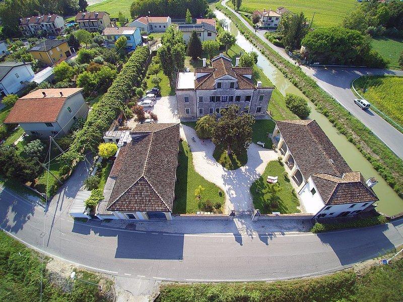 Villa Pastori e le due barchesse viste dall'alto